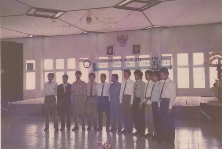 Foto-bersama-Direktur-Kajur-dan-Staf-Teknik-Kimia-pada-Yudisium-I-tahun-1990