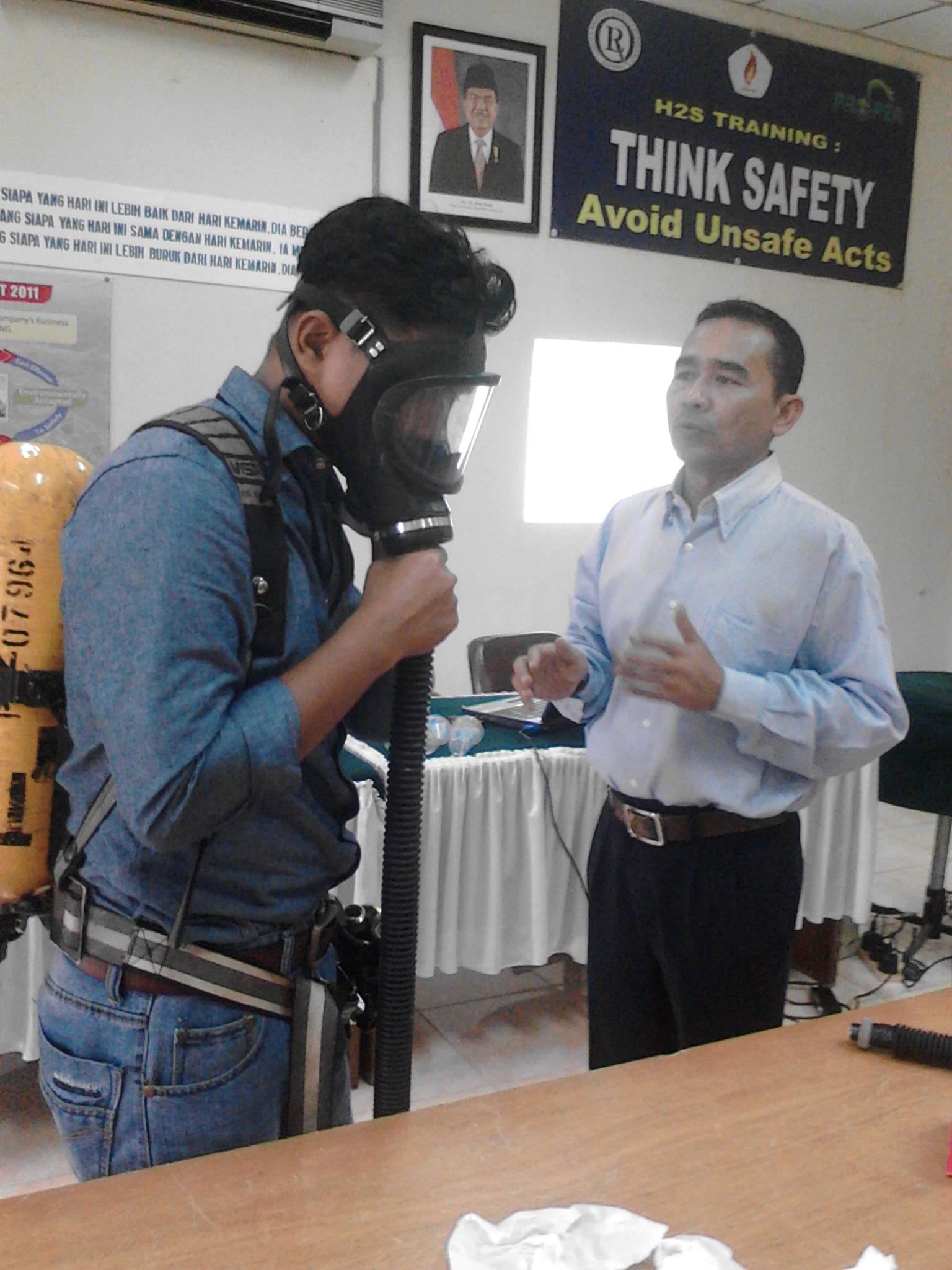 Mahasiswa Migas Training Alat Pernapasan H2S