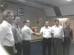 Penerahan Plakat PNL kepada Presdir PT. PAG